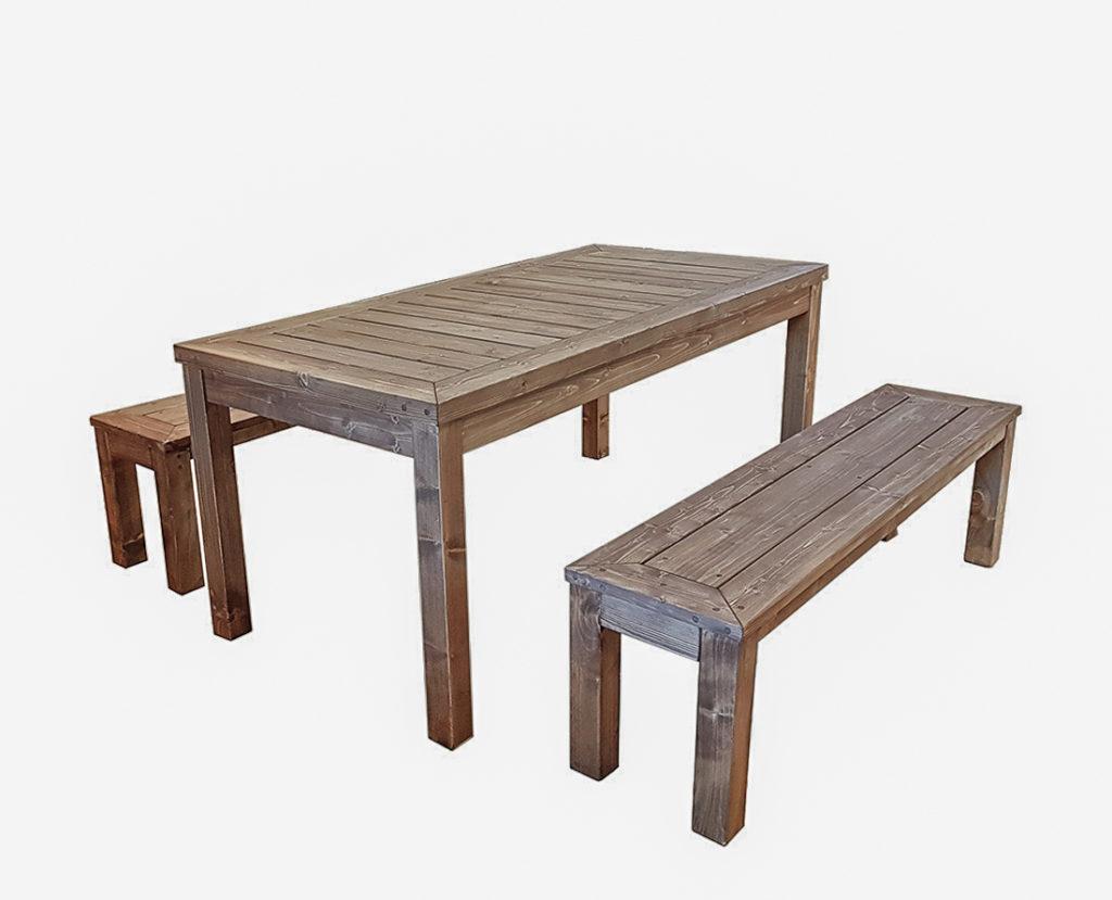Puidust aiamööbli komplekt, kaks pinki ja laud.
